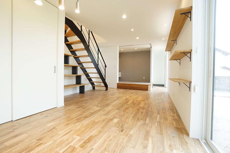 RIKYU (リキュー)【二世帯住宅、間取り、建築家】22畳強のゆったりとしたLDKに二世帯が集う。木のぬくもりに包まれた空間に、アイアンのスケルトンの階段がアクセントに