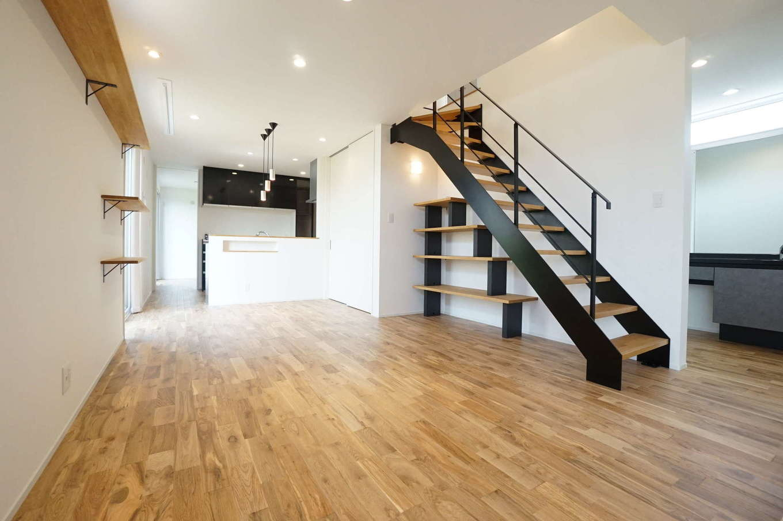 RIKYU (リキュー)【二世帯住宅、間取り、建築家】デザインと使い勝手を兼ね備えたLDK。階段下のデッドスペースに収納棚を造作し、インテリアとして楽しむ