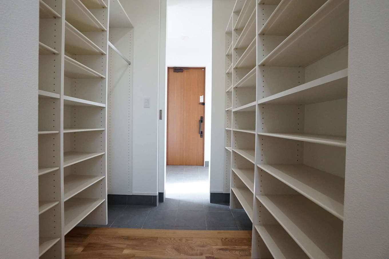 RIKYU (リキュー)【二世帯住宅、間取り、建築家】二世帯分の大容量シューズクローゼットを備えた玄関ホール。上着専用のハンガー掛けも造作