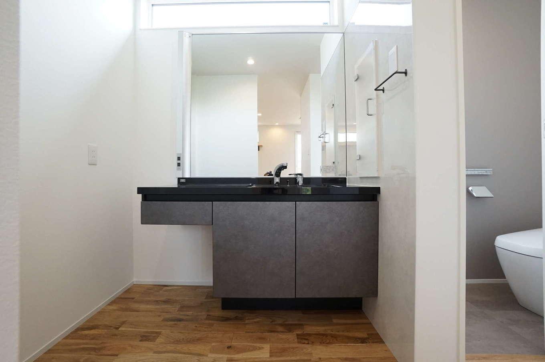 RIKYU (リキュー)【二世帯住宅、間取り、建築家】上質な大理石カウンターの風合いと、ボウル一体タイプの洗面台。ホテルのような洗練されたデザインが暮らしを豊かにしてくれる