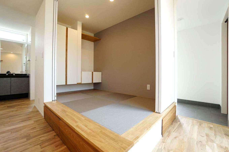 RIKYU (リキュー)【二世帯住宅、間取り、建築家】リビング内にある小上がりの畳コーナー。間仕切りもできるので、ゲストの寝室にもなる。畳の下部は収納