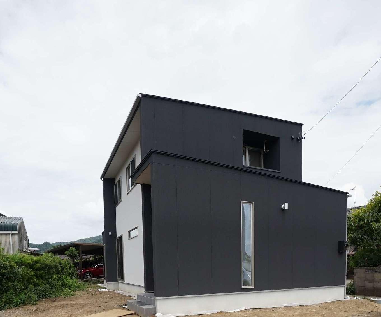 RIKYU (リキュー)【二世帯住宅、間取り、建築家】南東側から見た外観。2階のインナーテラスは洗濯ものが雨に濡れないので、安心して外出できる