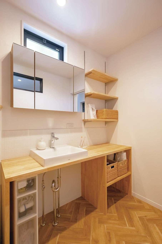 脱衣所には造作洗面台を設置。サンゴの塗り壁効果で湿気も感じにくい