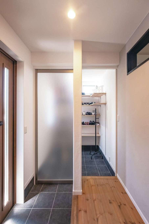 靴好きのご主人のため、玄関横に大容量のシューズクローゼットを配置。自転車も入り収納力抜群