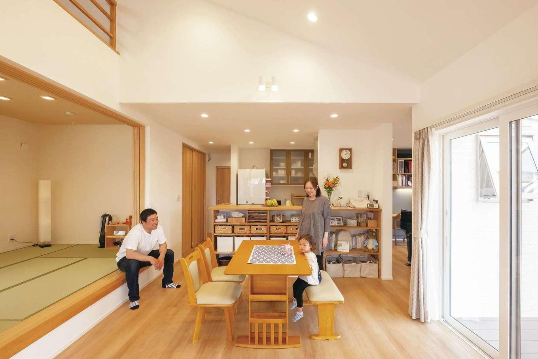 芹工務店【子育て、収納力、間取り】家にいる時間のほとんどを過ごすリビングは、勾配天井と吹き抜けで開放感たっぷり。家族の成長をずっと見守ってくれる寛ぎの空間だ