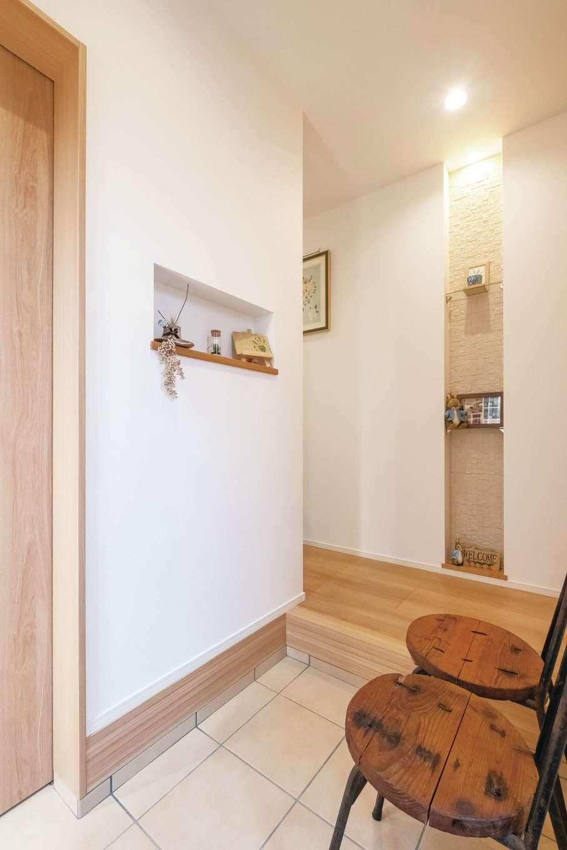 芹工務店【子育て、収納力、間取り】玄関には、消臭・調湿効果のある「エコカラット」を採用し、爽やかな空気をキープ