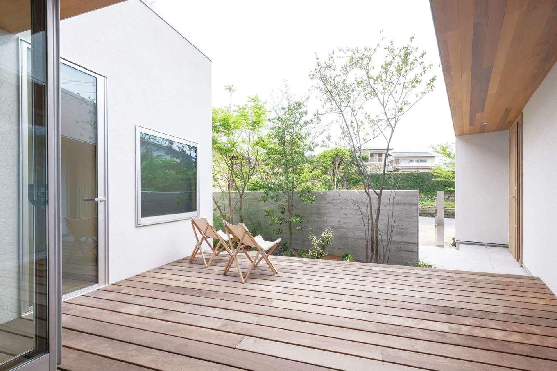 金子工務店/めぐみ不動産(アイフルホーム 沼津店)【デザイン住宅、狭小住宅、建築家】家のどこからでもデッキ越しの庭が眺められるよう配置された居室。特にLDKは、垂れ壁を作らず天井まで届く窓を基準にして設計されている。目に飛び込んでくるのは、窓枠一杯に広がる明るい庭。天気のいい日はフルオープンにして光と風を取り入れ、中と外との繋がりを意識できる
