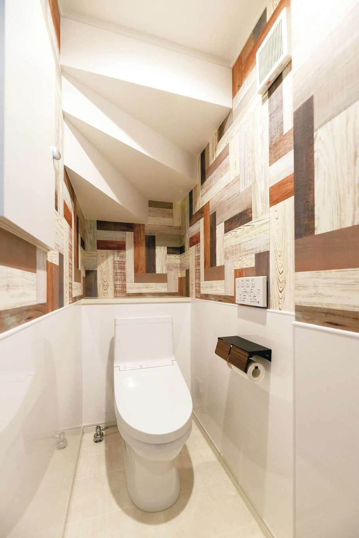 irohaco (アヴァンス)【子育て、二世帯住宅、狭小住宅】階段下のデッドスペースを有効活用した1階のトイレは、遊び心あふれるクロスを貼って
