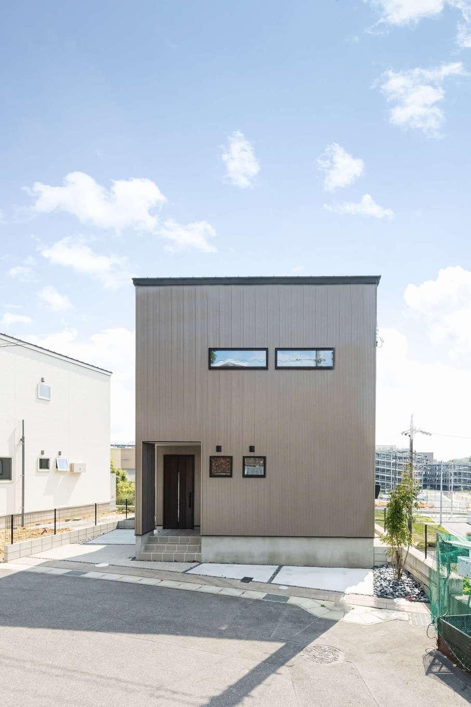 カナルホーム【1000万円台、デザイン住宅、収納力】スタイリッシュで耐久性にもすぐれたガルバリウム鋼板の外観。タテ・ヨコのシャープなラインも美しい