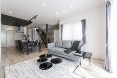 モノトーンのおしゃれな空間で快適に暮らすZEH対応住宅