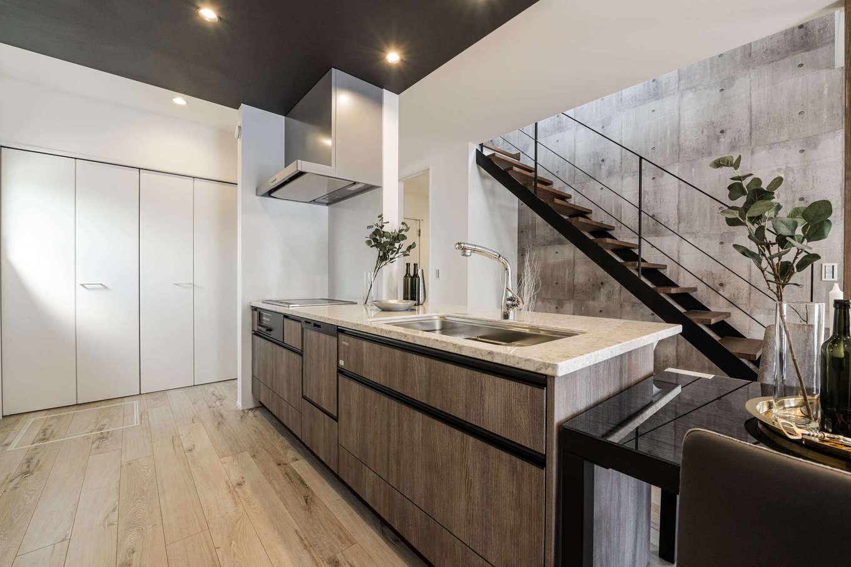 カナルホーム【1000万円台、デザイン住宅、収納力】キッチンを起点に回遊できる便利な家事動線。正面に見えるスケルトンのスチール階段は存在感たっぷりで、インテリアの一部にもなっている