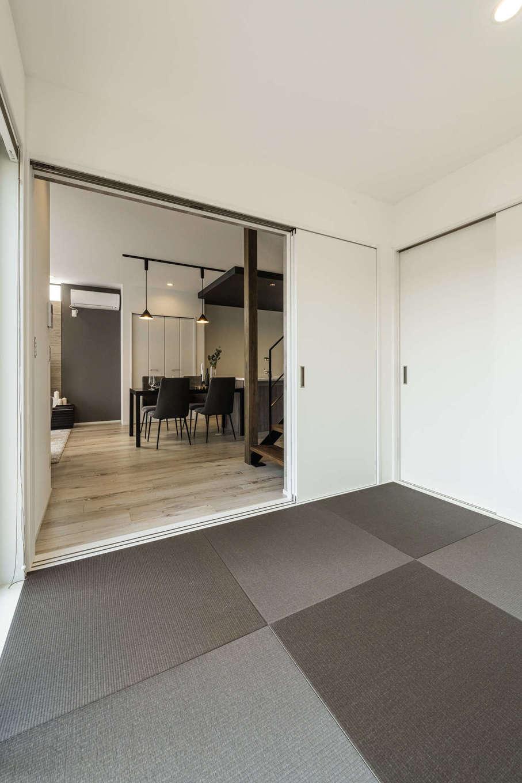 カナルホーム【1000万円台、デザイン住宅、収納力】リビングからフラットにつながる4.5畳の畳コーナー。間仕切りのドアは引き込み式で、普段は広々と使える