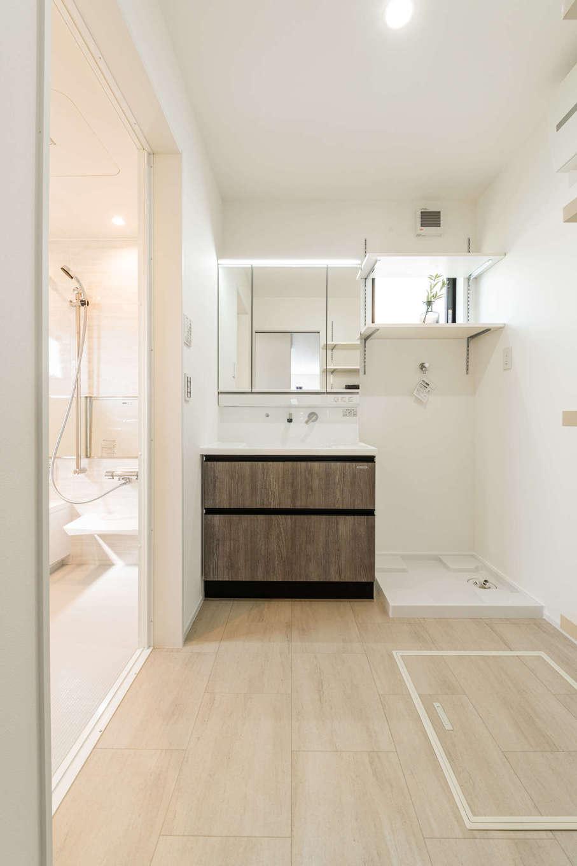 カナルホーム【1000万円台、デザイン住宅、収納力】キッチンから近い場所に設けた洗面脱衣室は、共働き奥さまの家事時間を大幅に短縮してくれる