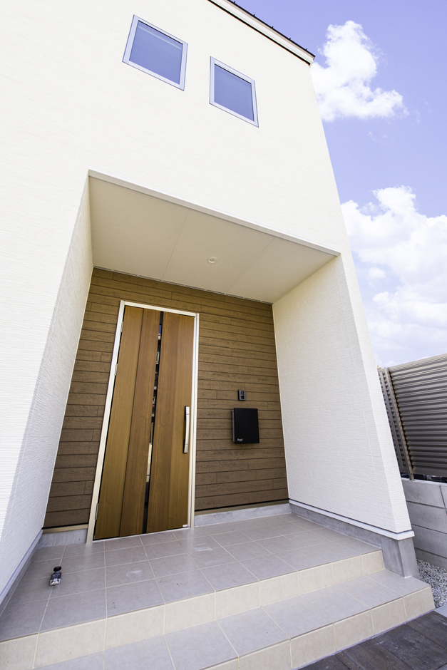 カナルホーム【1000万円台、デザイン住宅、夫婦で暮らす】軒の深い玄関ポーチは雨の日もストレスフリー。玄関ドアはタッチキーで、重い荷物を抱えたときでも楽々