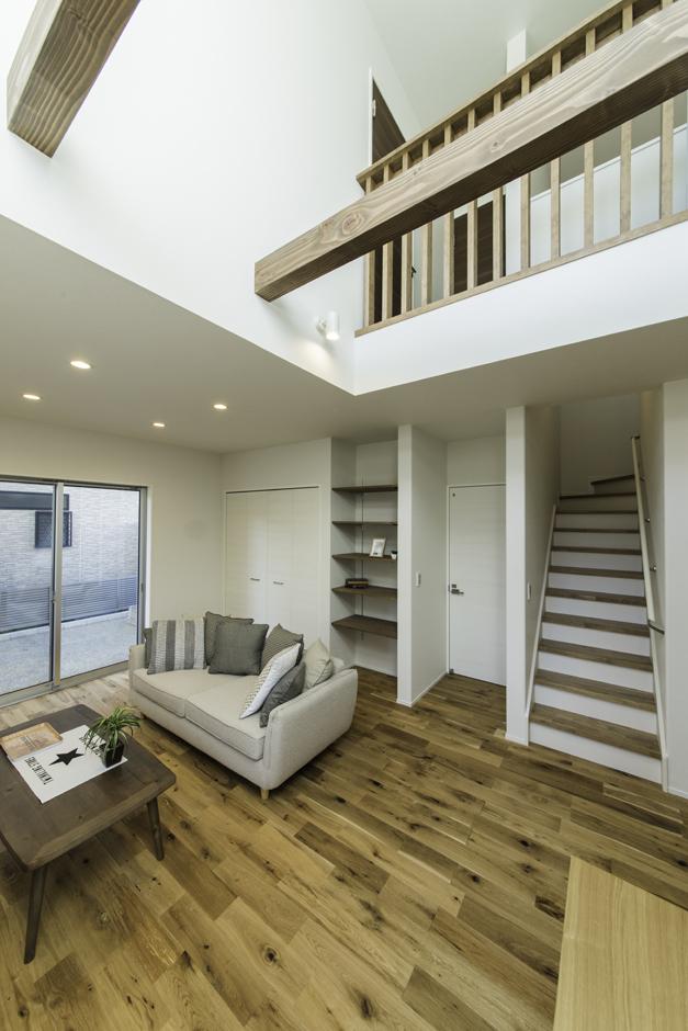カナルホーム【1000万円台、デザイン住宅、夫婦で暮らす】家族のコミュニケーションを取りやすいよう、リビング階段を採用。全室に収納スペースを設置してあるのも同社のこだわり