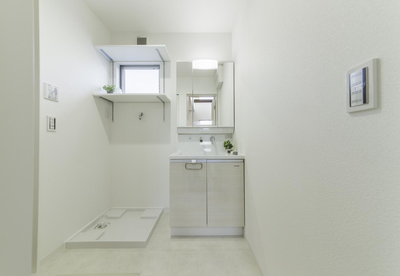 カナルホーム【1000万円台、デザイン住宅、夫婦で暮らす】清潔感あふれる洗面脱衣室。ハイサイドライトから柔らかな光が射し込み、十分な明るさを届ける