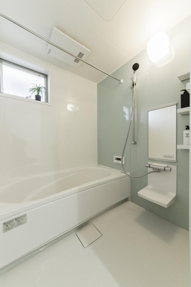 カナルホーム【1000万円台、デザイン住宅、夫婦で暮らす】浴室乾燥機付きのバスルーム。足を伸ばして入浴できるのが嬉しい