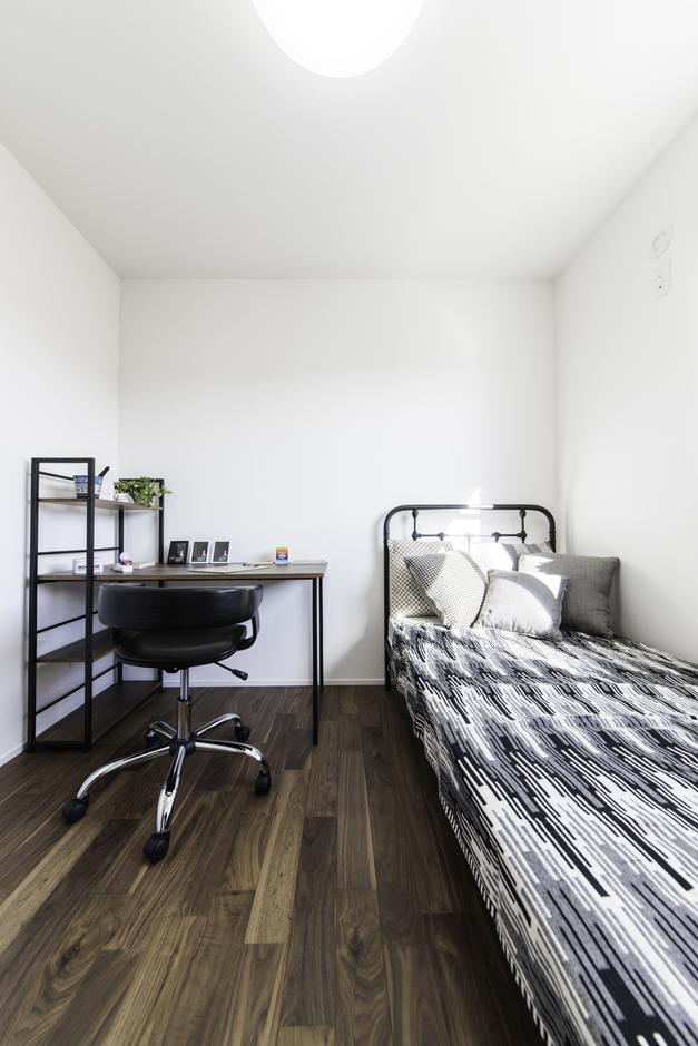 カナルホーム【1000万円台、デザイン住宅、夫婦で暮らす】2階の子ども部屋。床の色を変えたことで、1階と差別化を。あえて5畳にすることで子どもがこもることなく、自然に1階のリビングに集まるように設計されている