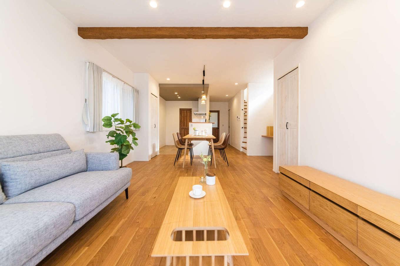 カナルホーム【1000万円台、デザイン住宅、収納力】視界が奥へと抜けていく19.5畳のLDK。フローリング、化粧梁、造作家具など、木のやさしさ、温かみを感じる心地いい空間に仕上がっている