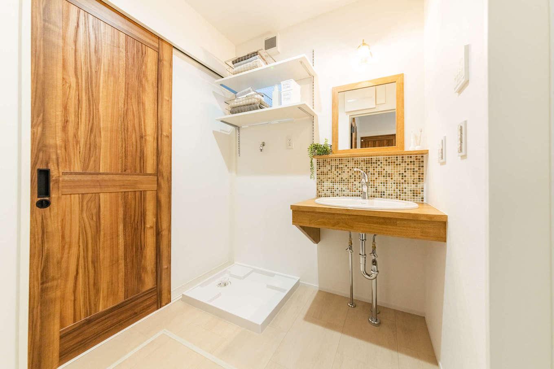 カナルホーム【1000万円台、デザイン住宅、収納力】玄関ホールから直結の洗面室。子どもたちが泥んこで帰ってきても、リビングが汚れる心配がない。デザインと機能性を両立させた洗面台は、デザイン照明、モザイクタイルの組み合わせが好評