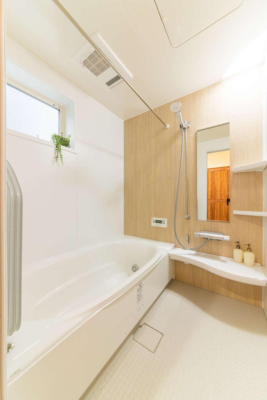 カナルホーム【1000万円台、デザイン住宅、収納力】ゆっくりと足を伸ばせて、リラックスできるバスルーム。浴室乾燥機付き