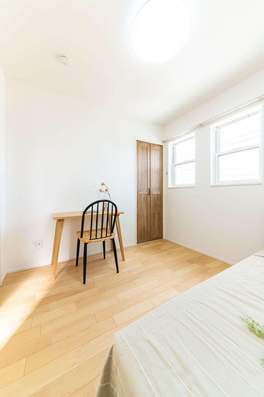 カナルホーム【1000万円台、デザイン住宅、収納力】2階の子ども部屋は4.5畳×2部屋。白い上げ下げ窓がかわいい