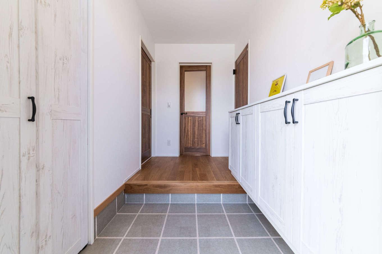 カナルホーム【1000万円台、デザイン住宅、収納力】収納たっぷりの玄関ホール。白い造作家具でシンプルにコーディネートした
