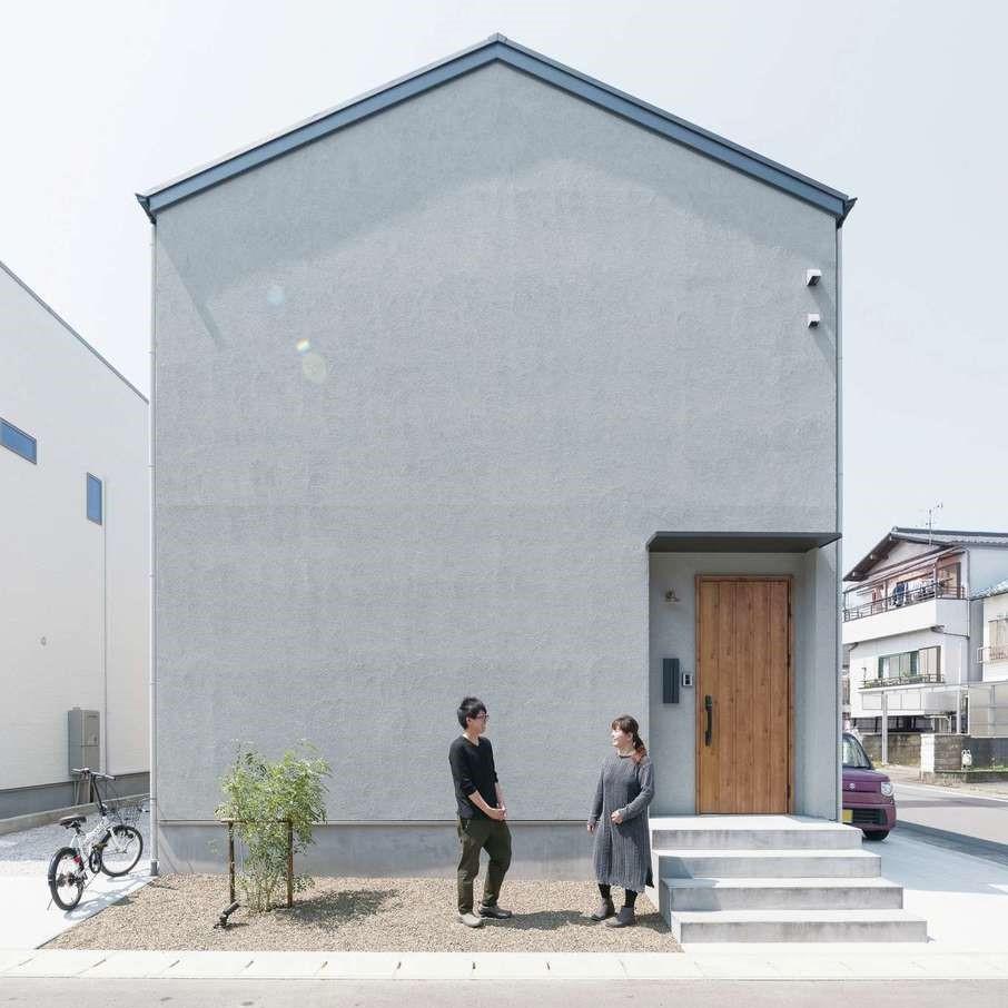 三和建設【デザイン住宅、趣味、間取り】家の左右に駐車スペースを設け、隣家との間を開ける工夫を。家の前面には窓がないが、日当たりや風の流れを緻密に計算し、家の中は外観からは想像できないほど明るい