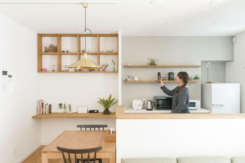 三和建設【デザイン住宅、趣味、間取り】キッチンの背面にはグレーのフレキシブルボードを用いた。各所の素材・色のチョイスは奥さま