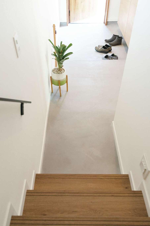 三和建設【デザイン住宅、趣味、間取り】できるだけ広く取った玄関ホール。床はモールテックス仕上げに。憧れていたフラットな土間のように見せるため、上がりかまちの段差は小さくしている