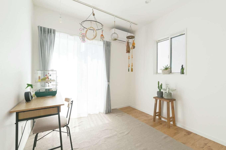 三和建設【デザイン住宅、趣味、間取り】将来、親と同居することも想定して用意した1階の洋室。現在は、コザクラインコをカゴから出して遊ばせる部屋に