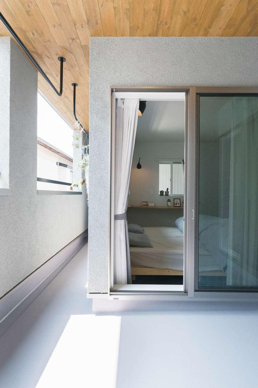 三和建設【デザイン住宅、趣味、間取り】バルコニーは、一部を木質天井のあるインナーバルコニースタイルに。特注で取り付けたアイアンバーが洗濯物を干す時に便利