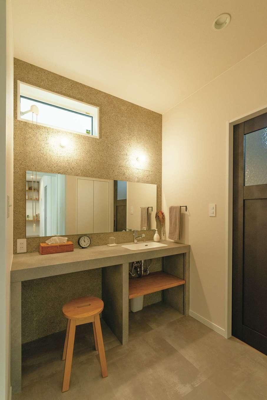 三和建設【デザイン住宅、趣味、間取り】洗面台の壁に用いた木毛セメントは、雑貨店のインテリアを参考にしたもの