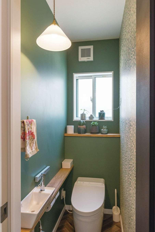 三和建設【デザイン住宅、趣味、間取り】グリーンと柄を組み合わせたトイレのクロス使いにも、奥さまのセンスが光る