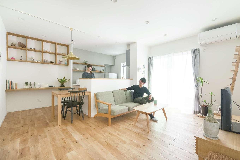 三和建設【デザイン住宅、趣味、間取り】床材は無垢材、壁は塗り壁。外観の色と呼応するように、ソファの生地やカーテンに用いたライトグレーをアクセントカラーにした空間は、好きなものだけを置きたいという奥さまの理想通り