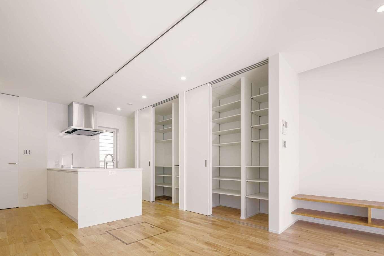 白で統一したキッチン。収納も充実