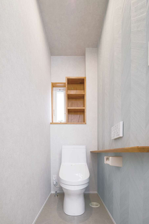 ナチュラルな色使いで落ち着いた印象のトイレ。窓の横には棚を造作し、収納スペースも確保