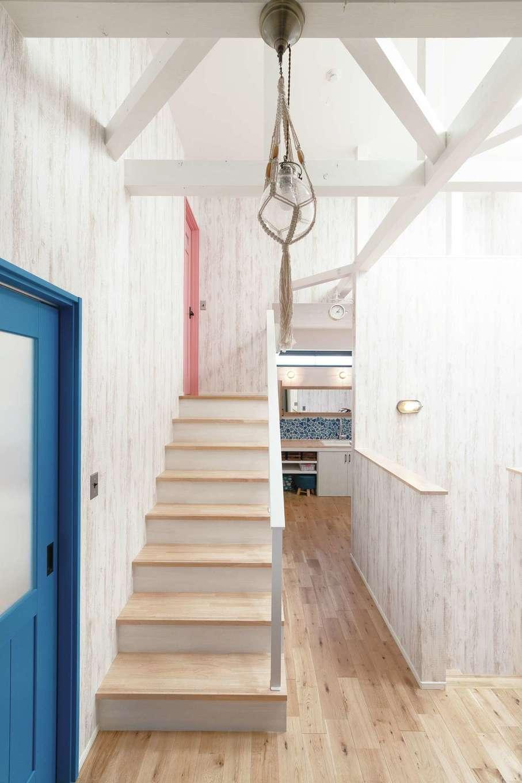 小玉建設【デザイン住宅、間取り、スキップフロア】2階ホールから階段を上がるとスキップフロアの子ども部屋がある