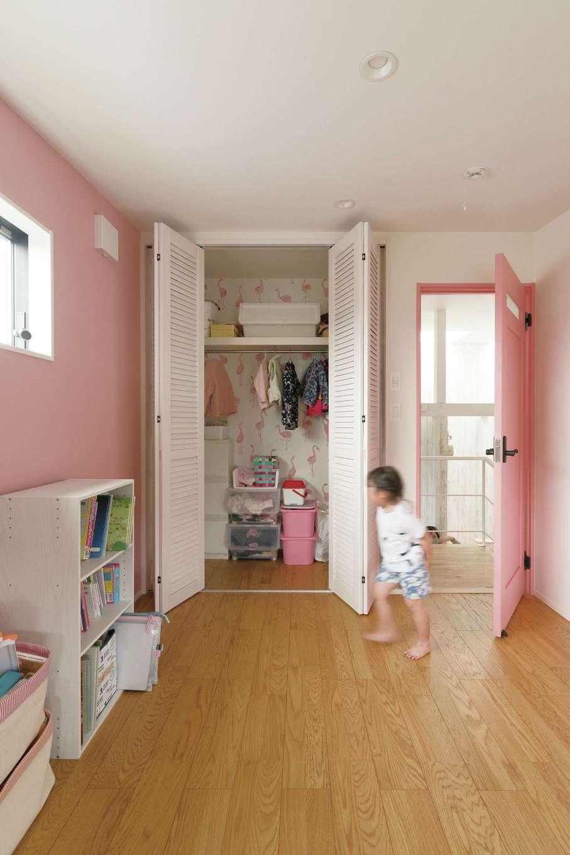 ドアも壁紙もピンクで統一したスキップフロアの子ども部屋 イエタテ