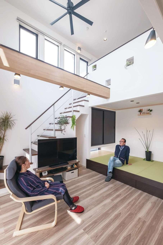 サンワ開発【デザイン住宅、収納力、間取り】白を基調とした明るく開放的なリビング。自分たちにベストな高さにこだわった小上がりの畳コーナーには、地窓があるので視界が外に抜け、空間に広がりが感じられる。実際の座り心地もバッチリで、「ソファを買う必要がなくなりました」とご主人