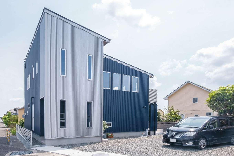 サンワ開発【デザイン住宅、収納力、間取り】ネイビーとシルバーのコンビネーションがクールな外観