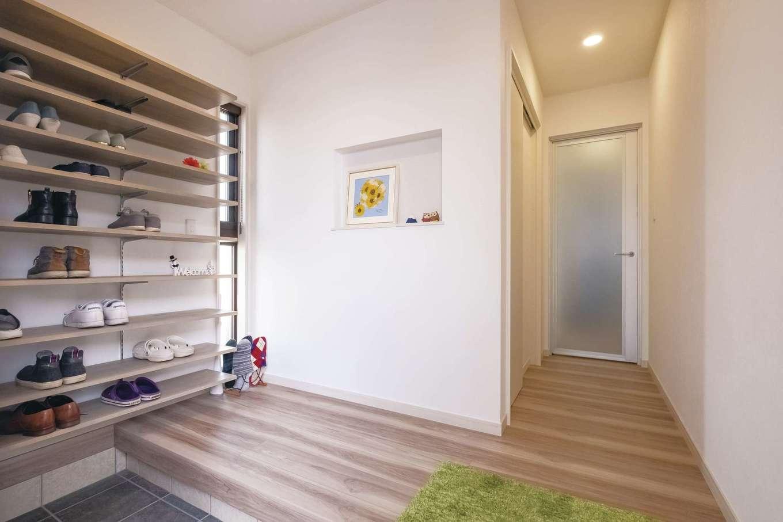 サンワ開発【デザイン住宅、収納力、間取り】玄関のシューズクロークはフルオープンにして、見せる収納でオシャレに演出