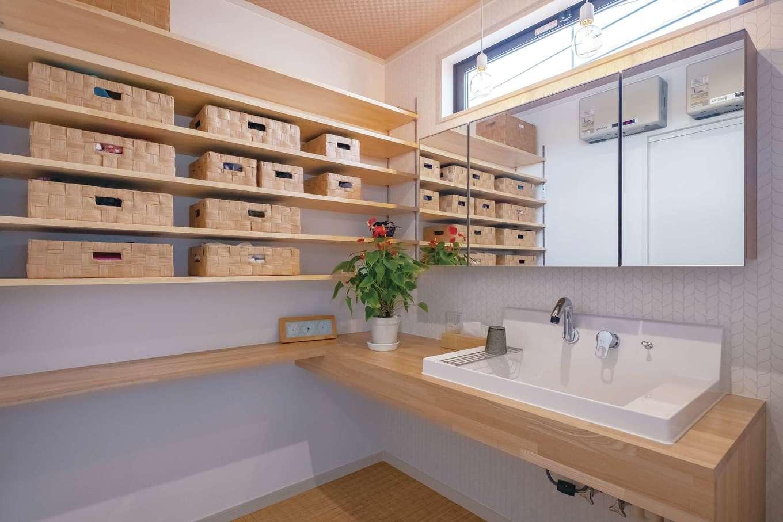 サンワ開発【デザイン住宅、収納力、間取り】棚をたっぷり設けた造作の洗面台。収納もシンクも鏡も大きめで使いやすい