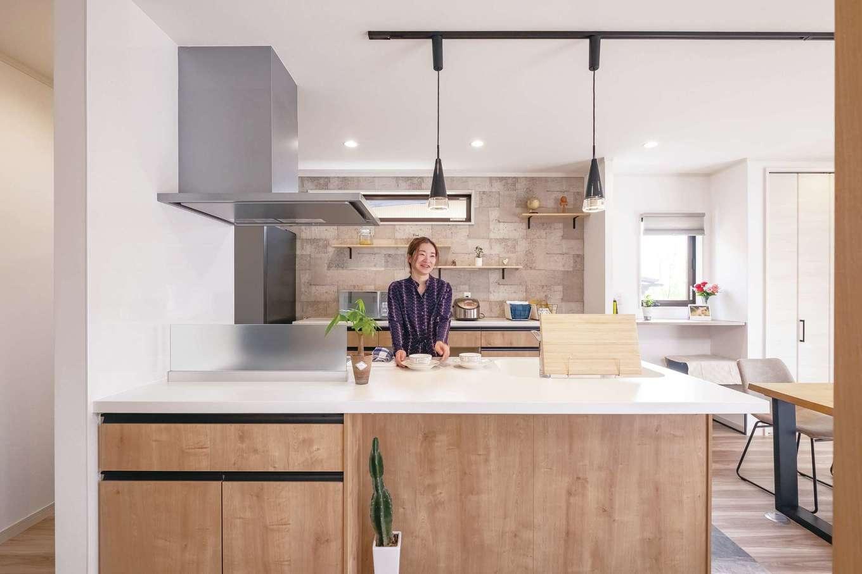 サンワ開発【デザイン住宅、収納力、間取り】オープンキッチンは奥さまのお気に入り。背面の壁のクロスはご主人がセレクト