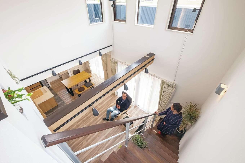 サンワ開発【デザイン住宅、収納力、間取り】リビングは吹抜けの高窓から光が注ぎ、抜群の明るさと開放感。陽光が白壁に反射して、いっそう明るさがアップ。化粧梁や2階のニッチが縦空間のアクセントとして室内をオシャレに引き立てる。また、吹抜けが1階と2階を繋ぎ、どこにいても家族の気配を感じとれる
