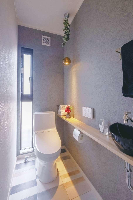サンワ開発【デザイン住宅、収納力、間取り】トイレはシックにコーディネート。縦長に窓を設けて明るさを確保