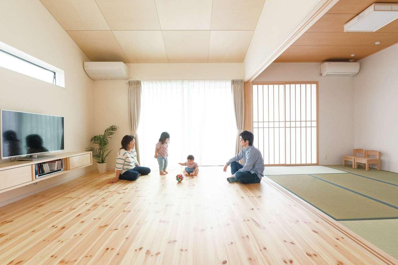 20畳のLDKと6畳の和室がつながる広々空間。造作したテレビボードを浮かせてすっきり。リビングとフルフラットでつながる和室は、子どもが昼寝をしたり、ゲストルームになったりと、自由に使える第2のリビング