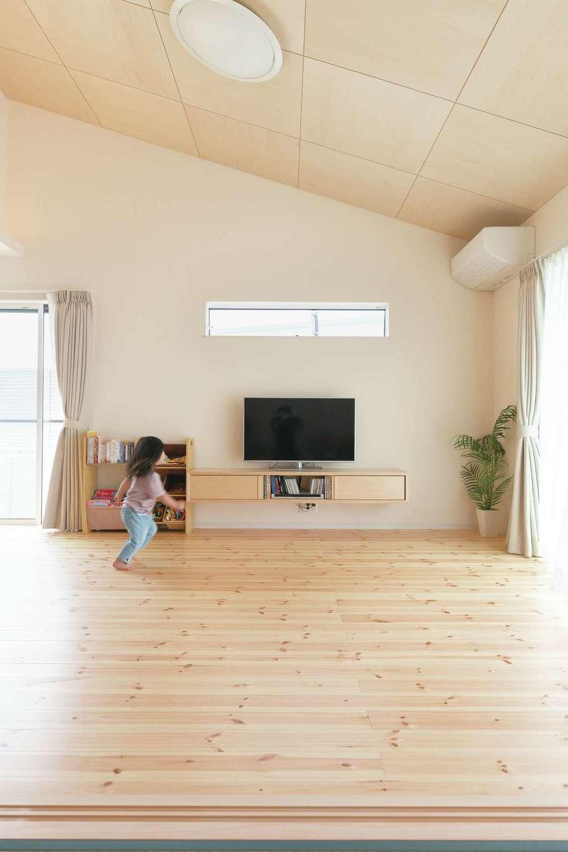 リビングを勾配天井にすることで開放感を演出するとともに、LDKをゆるやかにゾーニング。天井には正方形にカットしたシナ合板を使い、木目を入れ違いにして市松貼りに。シンプルでありながら上品さも感じられ、やわらかな木の質感に自然とリラックス