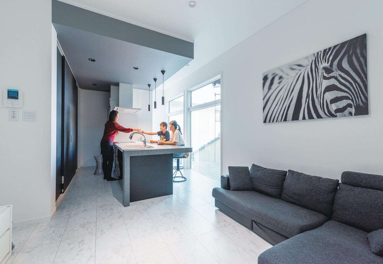 ハートホーム【デザイン住宅、狭小住宅、間取り】キッチン・ダイニングの下がり天井は色を変えてゾーニング。食品庫も兼ねたキッチン背面収納は調理家電から食器、ゴミ箱まで入って、扉を閉めれば生活感を隠せてすっきり