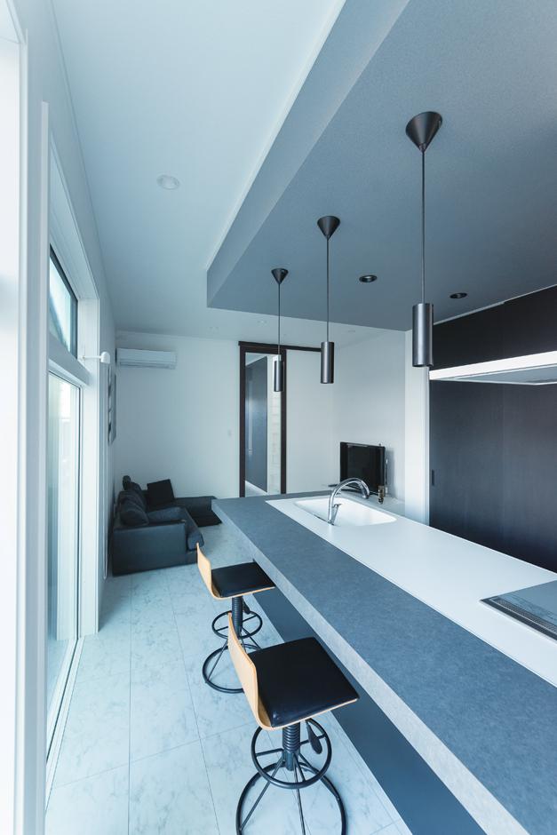 ハートホーム【デザイン住宅、狭小住宅、間取り】白と黒で統一したクールなLDK。シンプルで無駄のない空間を目指したという
